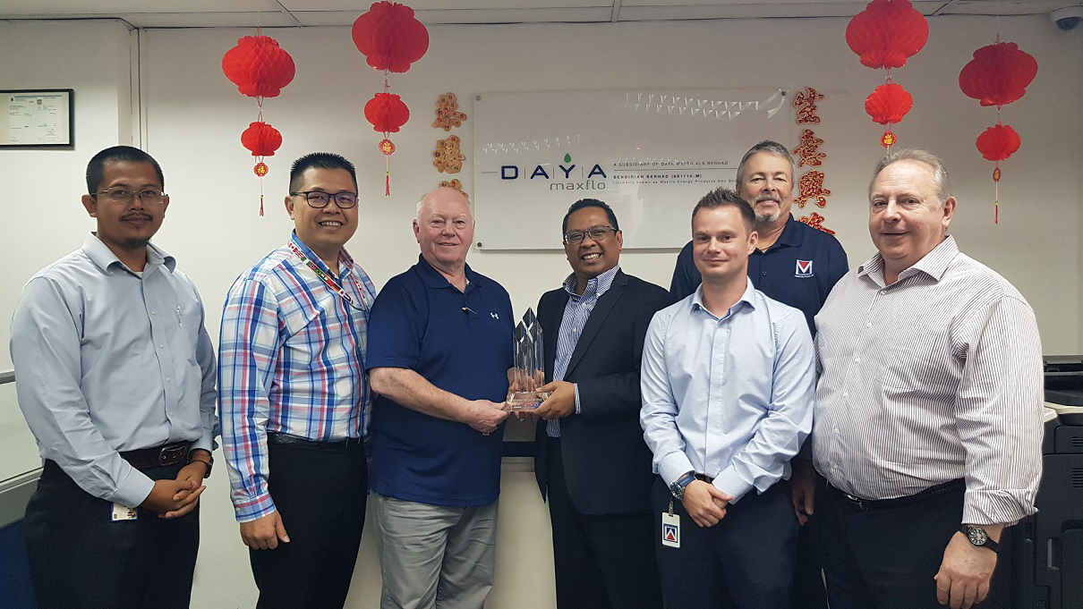 Shamsul Saad (Daya Group Executive Vice President) Oil and Gas, receiving the first 2018 Platinum Award for Excellence as the best licensee of MCR Oil Tools from Michael Robertson (CEO MCR Oil Tools)